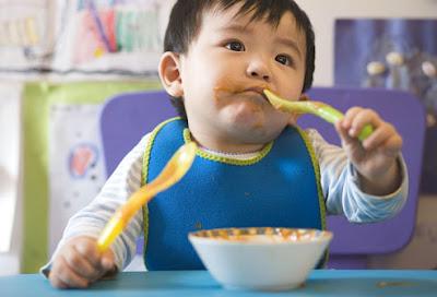 Quando é hora de o bebê comer sozinho?