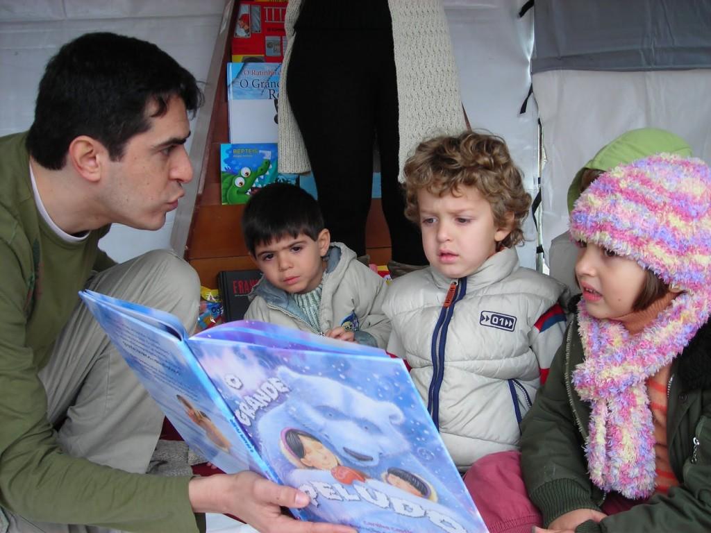 Crianças ouvindo contador de histórias