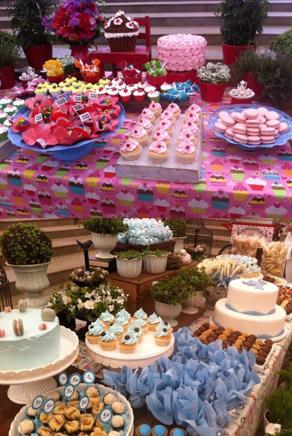 As mesas de doce com tema menina e menino, seguindo a linha da nova fralda da Huggies