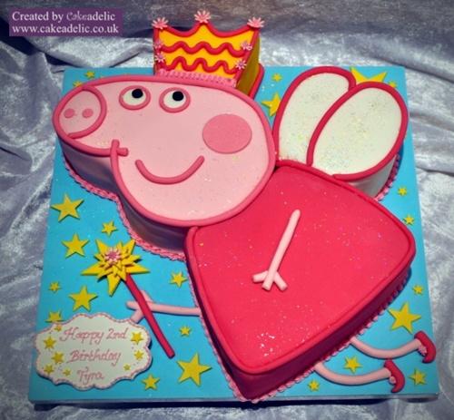 Fonte: http://www.cakeadelic.co.uk/2013/08/17/cake-details/birthday-cakes/peppa-pig-birthday-cake-3/