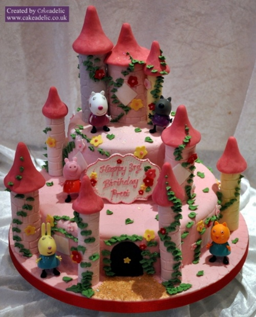 Fonte: http://www.cakeadelic.co.uk/2013/04/21/cake-details/birthday-cakes/peppa-pig-tower-birthday-cake/