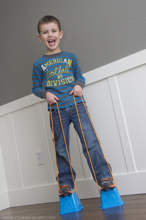 Fonte: http://www.makeit-loveit.com/2013/12/diy-walking-stilts-for-kids.html