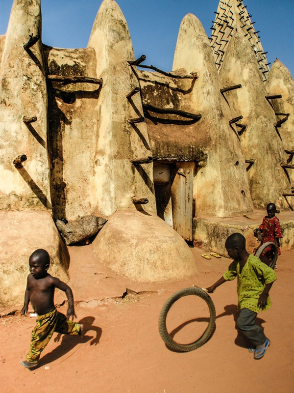 Burkina Faso http://500px.com/photo/18314703/playing-around-the-mosque-by-%C3%92scar-tard%C3%ADo (Òscar Tardío)