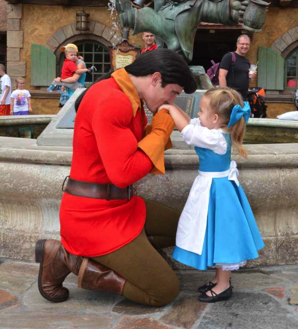 Uma menina e os vestidinhos de personagens Disney mais fofos que você já viu!