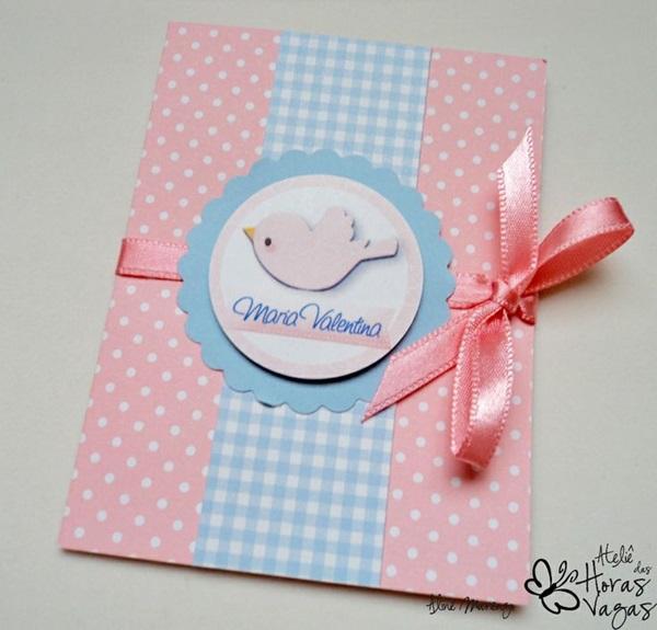 Imagem: http://ateliedashorasvagas.blogspot.com.br/2013/01/convite-artesanal-passarinho-rosa-e-azul.html