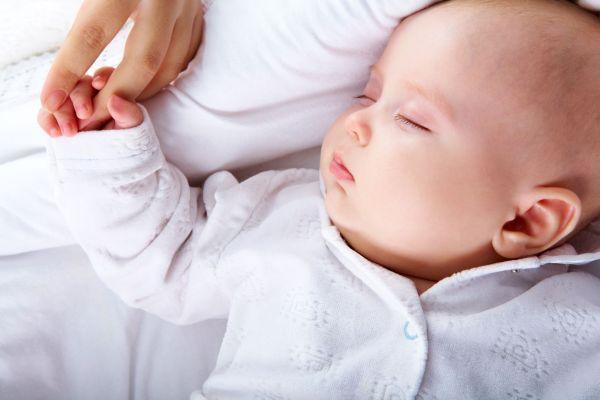 bebê dormindo mão