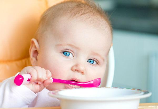 bebe comendo sozinho
