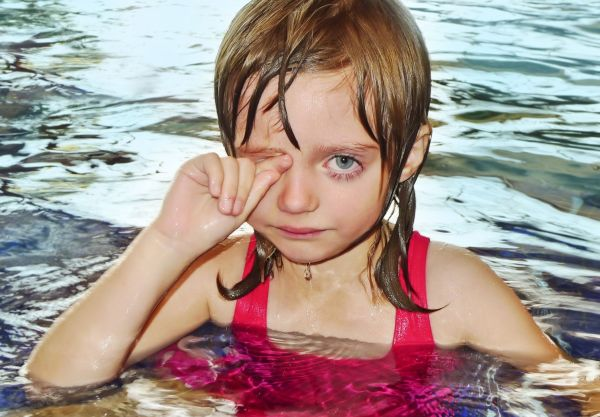 menina chorando natação