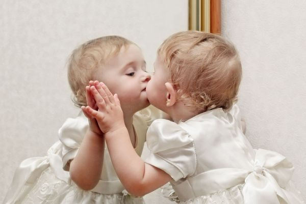 menina beijando o espelho