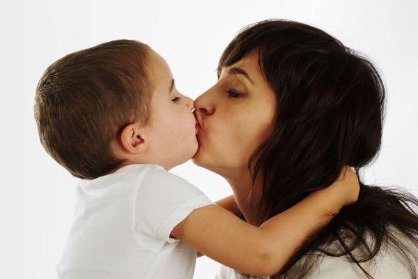 Por que você não deveria beijar seu filho na boca