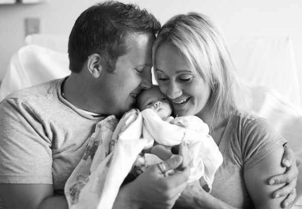 Fotos incríveis registram o momento em que os pais recebem a filha adotiva!