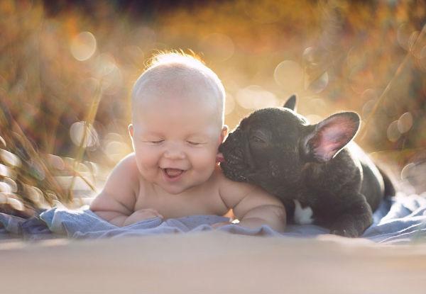 Fotos lindas revelam a amizade entre um bebê e um cachorro que nasceram no mesmo dia!
