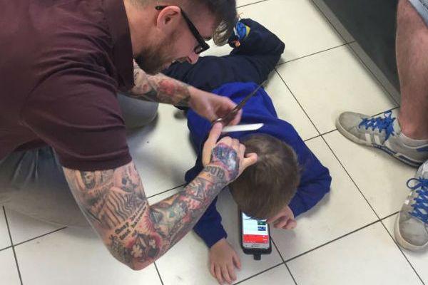 Barbeiro cria método para cortar cabelo de garotinho autista