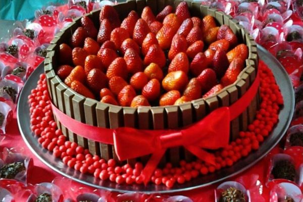 Receita de bolo kit kat com morango – e super ideias para decorar!