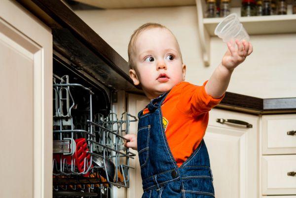 Como (e a partir de quando) seu filho pode ajudar nas tarefas da casa