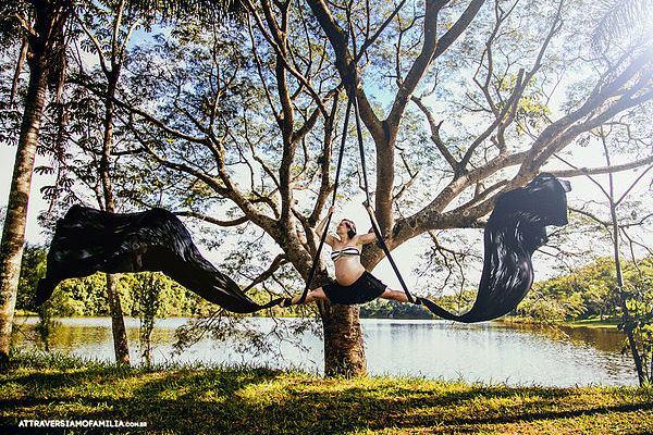 Gestante faz ensaio acrobático incrível para celebrar a gravidez
