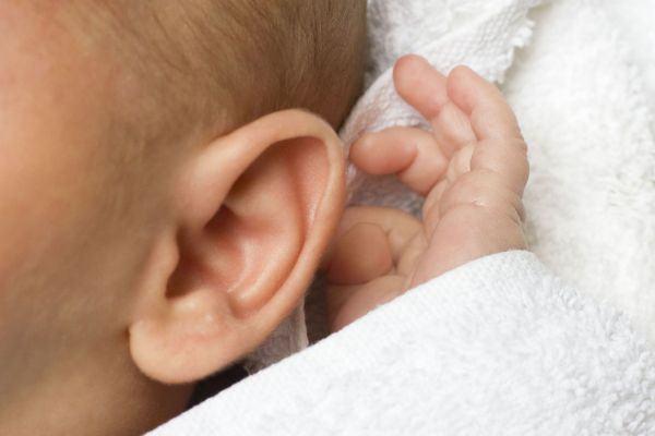 Como limpar os ouvidos do bebê (o que deve e o que não deve ser feito!)