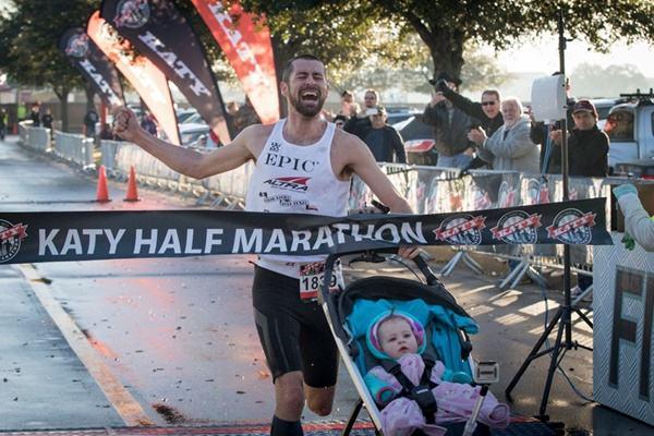 Pai quebra recorde de meia maratona correndo com sua filha no carrinho