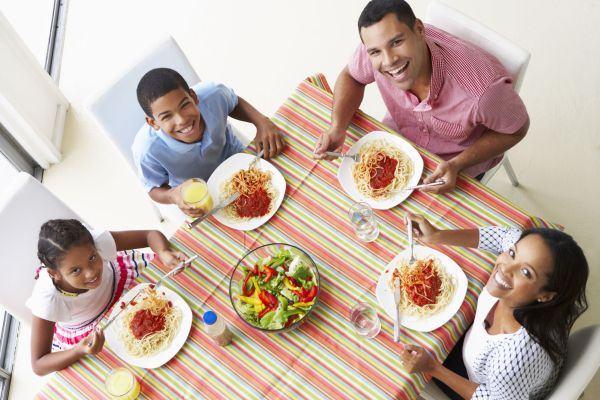 Fazer refeições em família oferece dieta mais saudável e deixa os pequenos mais comportados