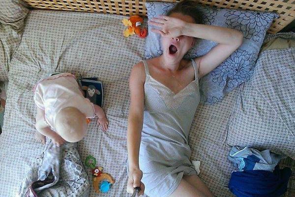 Mãe registra em selfies a rotina com a filha bebê (para rir e se identificar!)