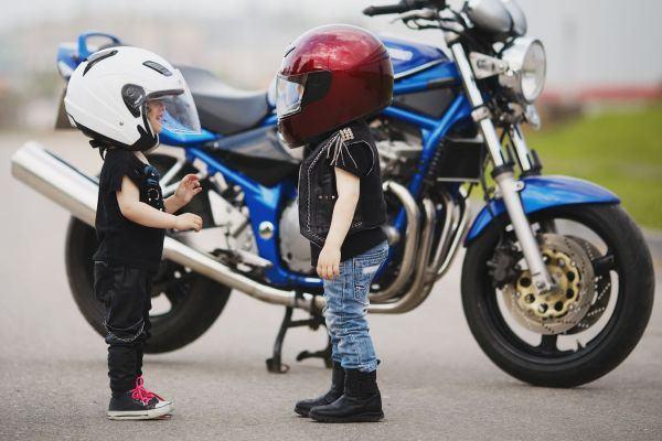 Regras e dicas importantes para transportar crianças em moto e bicicleta