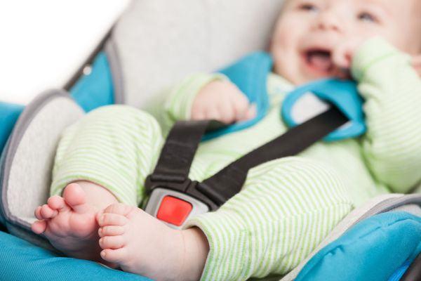 Dicas práticas para limpar os acessórios do bebê (cadeirão, cadeirinha, carrinho, brinquedos)