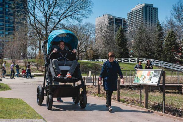Empresa lança carrinho de bebê gigante para pais fazerem test-drive