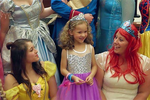 Tribunal se veste como as princesas da Disney para o dia mais importante na vida de uma menina!