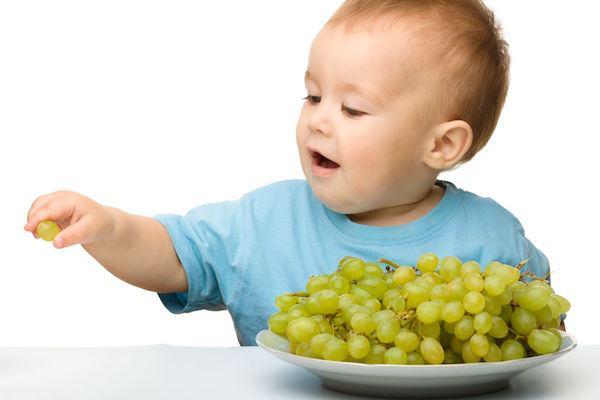 9 alimentos que causam engasgo nas crianças (e trocas inteligentes para substituí-los no cardápio)