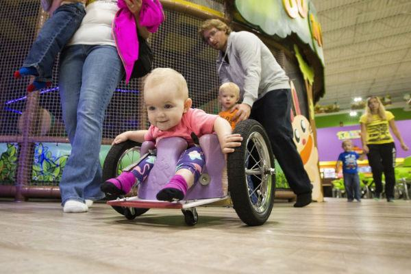 A história emocionante dos pais que construíram uma cadeira de rodas para filha