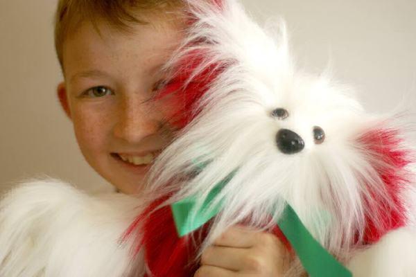 Garotinho aprende a costurar sozinho e faz 470 brinquedos para doar a crianças hospitalizadas