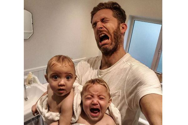 Casal registra (com bom humor) a rotina com as quatro filhas e junta mais de meio milhão de seguidores!