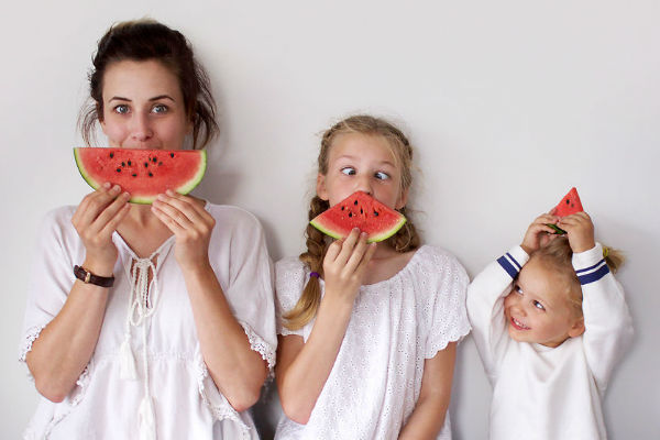 """Mãe faz ensaio incrível """"mini-me"""" com as duas filhas (e você vai querer reproduzir em casa!)"""