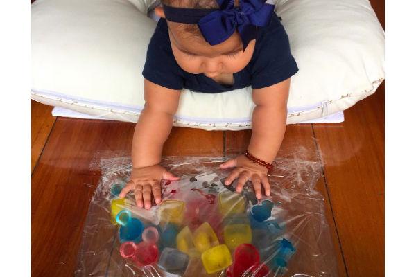 Dica para as férias de verão: gelo sensorial (é divertido e fácil de fazer, e seu bebê vai adorar!)