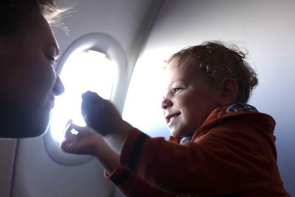 5 dicas para amenizar o incômodo nos ouvidos das crianças no avião