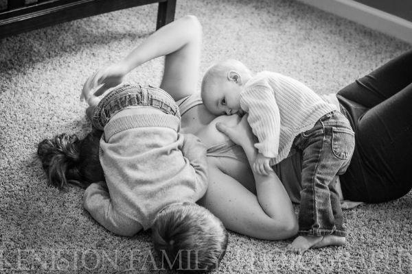 Fotógrafa mostra a realidade da amamentação em série de fotos