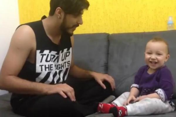 Bebê canta com o pai a canção mais fofa que você vai ouvir hoje