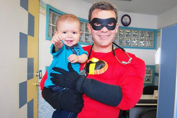 Médico trata crianças com câncer fantasiado (lindo!)