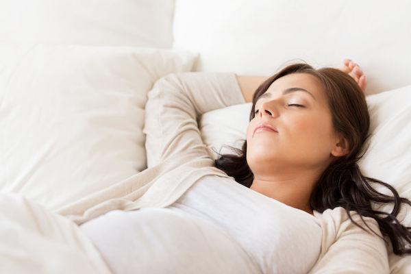 Estudo associa posição de dormir a risco de morte fetal (veja qual a postura mais segura)
