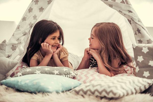 5 brincadeiras no escuro para divertir e estimular a criatividade