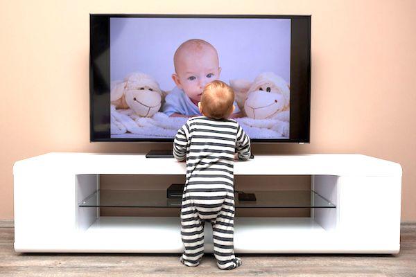 Seu filho vê muita TV aos 2 anos? Estudo mostra que ele pode se tornar um adolescente pouco saudável!