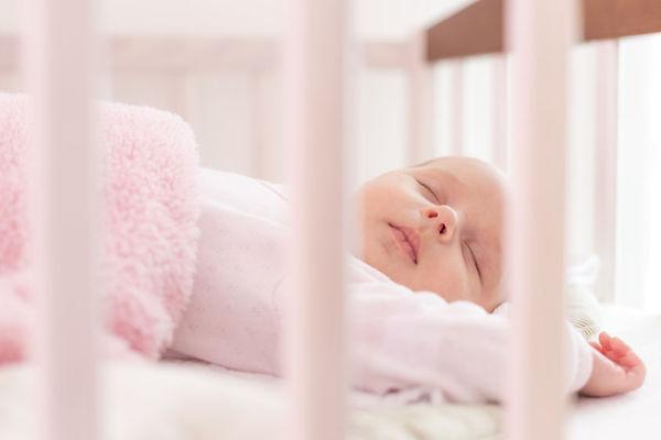 Cabeça do bebê amassada ao dormir: entenda a assimetria craniana