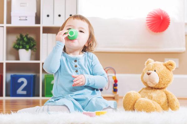Bebê pode tomar chá? A resposta depende da idade!