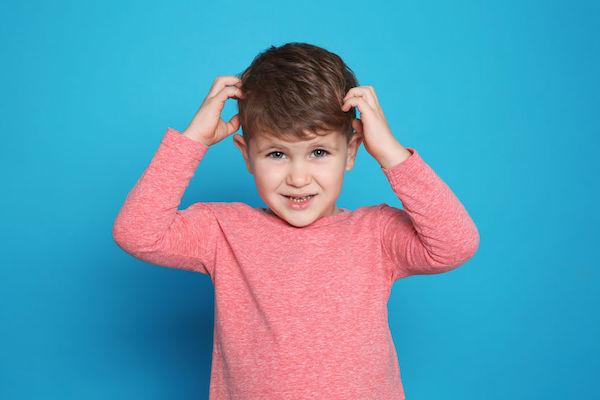 Caspa em crianças: saiba o que causa e como tratar