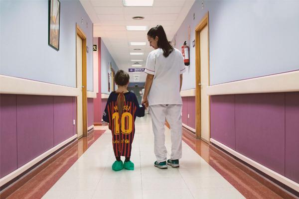 Campanha transforma camisas de futebol em roupas hospitalares para crianças
