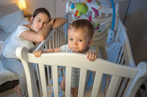 Seu bebê fica acordado à noite sem motivo? Saiba como resolver!