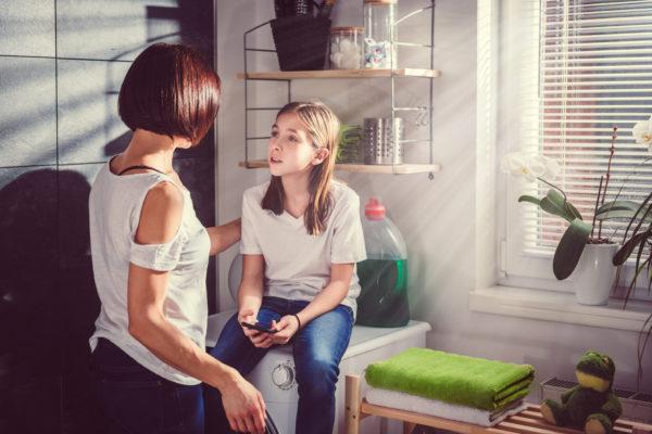 mãe e filha conversando na lavanderia