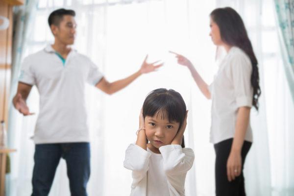 criança vendo brigas dos pais