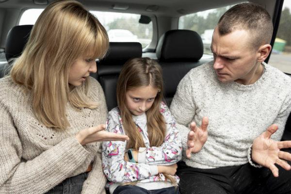 familia conversando por mau comportamento da criança