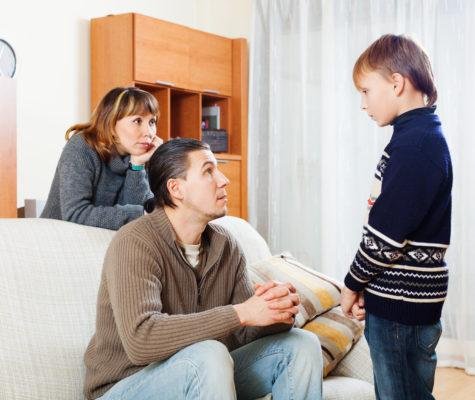 Pais contando ao filho sobre separação conjugal
